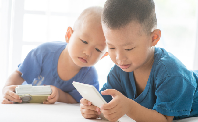 The Effects of Technology On Your Child's Brain (and how to set limits)